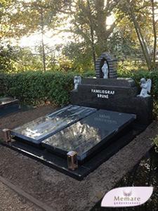 dubbel grafmonument met kapel mariabeeldjes en engel