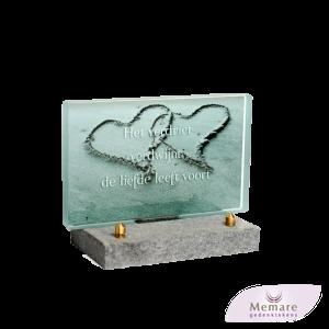 glazen gedenkteken op granieten voetje