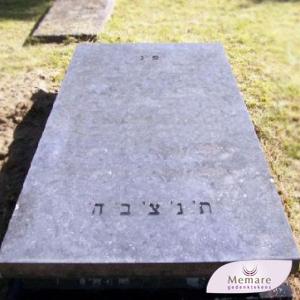grafzerk met hebreeuwse tekst