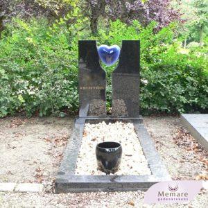 granieten gedenkteken met keramieken urn en hart
