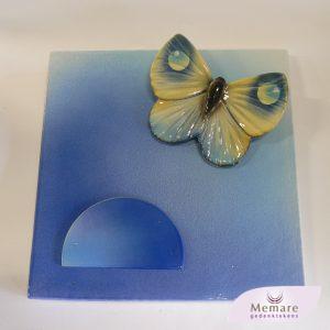 vlinder met plaat voor de urnennis